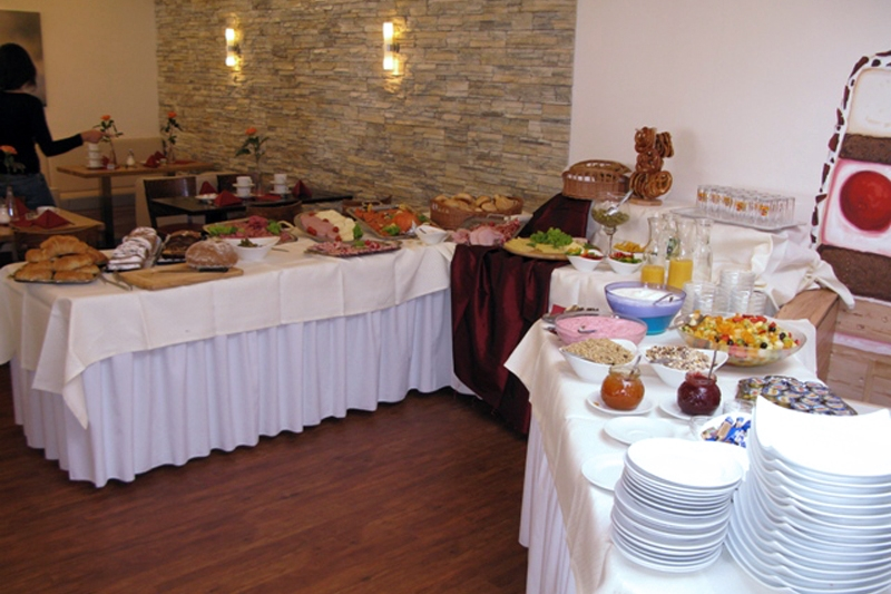 Frühstücksbrunch an reichhaltigem Buffet
